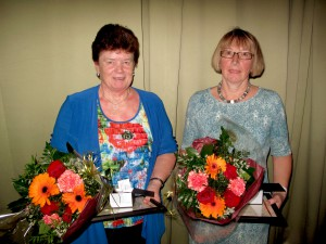 Dagfrid Humlestøl og Berit Sand fekk tildelt pris for lang og tru teneste på Haustsamlinga i Sør.