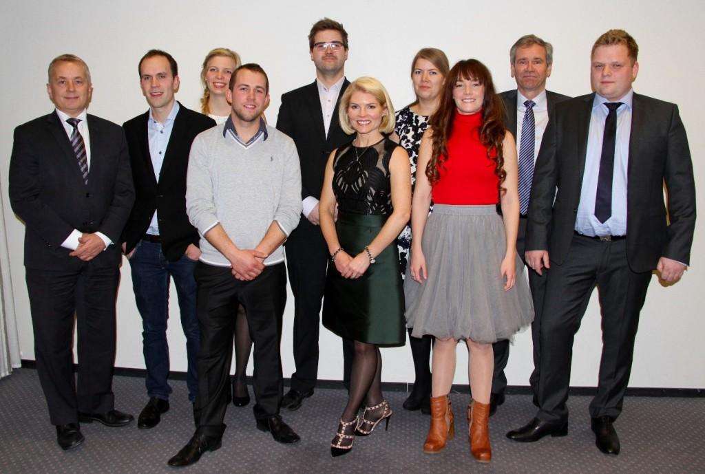På bildet: Bidragsyterne bak Årets unge bonde, jurymedlem og prisutdeler Knut Storberget og finalistene til Årets unge bonde.